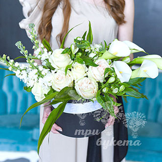 Каллы и розы в шляпной коробке