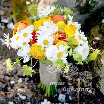 Букет невесты из ромашек и эустомы